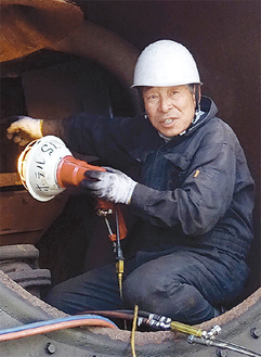 煙室で作業する恒松さん=今年2月4日撮影