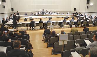公開で行われる会議