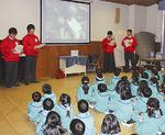 開成幼稚園で発表する生徒