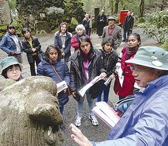 狛犬について説明する澤元市長 =14日・大雄山最乗寺