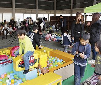 子どもは遊びを、大人は会話や買い物を楽しんだ