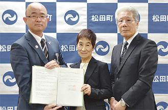 左から本山町長、内藤理事長、神内施設長