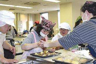 指導を受けてパンを作る参加者 =南足柄市女性センター