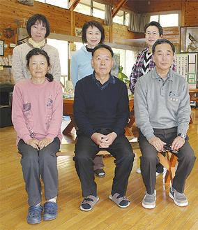渡邊館長(中央)と職員