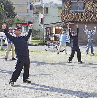 時間になると毎朝20人近くが集まりラジオ体操をする=4月15日撮影