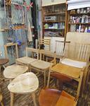 工房内には所狭しと椅子が並んでいる