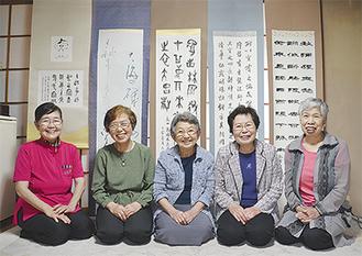 作品を展示する5人。左が坪田さん=5月24日