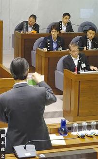 池田氏(手前)と加藤市長(最前列)