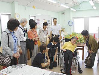 入所者が施設での生活を紹介した =足柄療護園