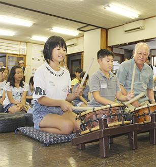 太鼓の叩き方を習う小学生=2日撮影