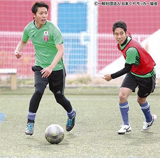 代表強化練習で相手を抜き去る大野(左)