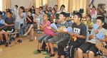 パブリックビューイングで声援を送る子どもたち =上延沢自治会館・22日