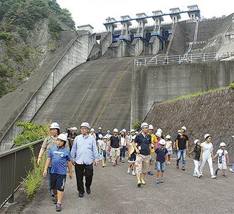 三保ダムの洪水吐ゲート付近を見学する参加者