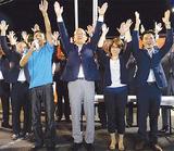 2期目の当選を決めて万歳する本山町長(中央)=10日・松田庶子の選挙事務所前