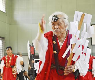 最高齢の臼井止戈夫さん(右)と息子・範雄さん(左奥)