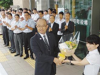 午前8時15分、職員らに拍手で迎えられる本山町長