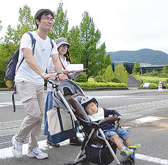 相模原市から参加した親子=アサヒビール神奈川工場前