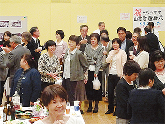 懇親会で旧交を温める参加者 =山北町生涯学習センター