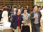 教え子と話す清水さん(左)