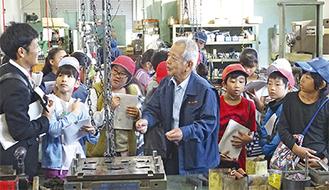 製品について説明する渡辺会長の話に耳を傾ける子どもたち =小保木製作所