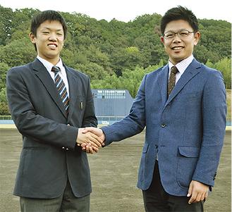 日暮選手(左)と志賀監督(右) =大井町赤田の専用球場