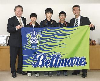 ベルマーレの水谷社長(右)と加藤市長(左)中央は職場体験の足柄台中の生徒たち =南足柄市役所