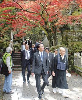紅葉が見ごろとなった境内を歩く黒岩知事右は山田富三紀綱=最乗寺