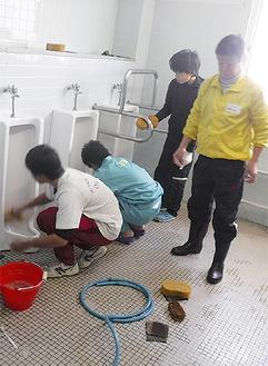 トイレ掃除をする参加者=主催者提供