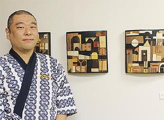 石田さんと自身の作品「愛しみ教える」