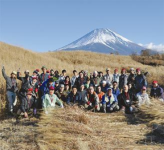 茅刈り講習会の参加者たち=朝霧高原