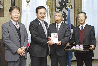 黒岩知事に目録を手渡す沼田社長、左は福野専務、右は細谷茶業運営委員長 =神奈川県庁知事室