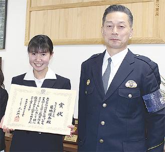 菊地さんは松田署を訪れ、大泉署長から表彰状を受け取った
