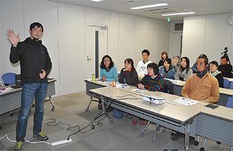 初回の座学の様子。左は講師の金子森さん =12月20日・松田町役場