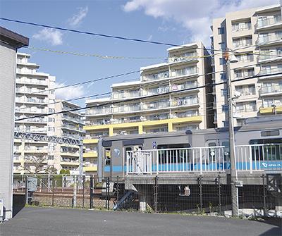 写真左側の新宿方面の上下線ホームが延伸される