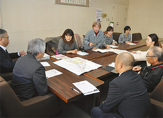 役場の一室で意見を交わす住民と職員