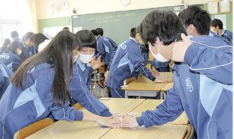 カルタを通して歴史を学ぶ生徒