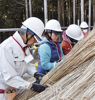 作業を学ぶ参加者たち=富士宮市立井之頭中学校