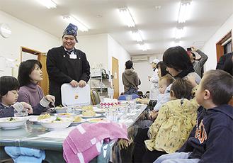 自ら育てたトマトの特徴を説明する吉田島高校の生徒=南足柄市和田河原の「きんたろう食堂」