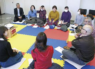 車座で話す参加者と府川町長(左奥)=開成町町民センター