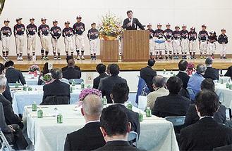 壇上で渡辺さんから激励を受ける選手たち=松田町体育館