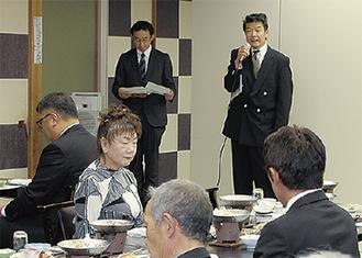 挨拶する山本組合長(右)