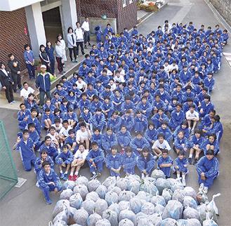 地域の清掃活動に参加した生徒=学校提供