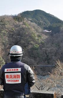 訓練を見守る横浜消防の隊員 =山北町世附