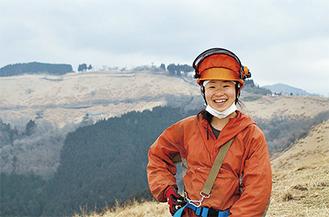 牧場になる山(手前)で作業をする島崎薫さん =大野山山頂付近