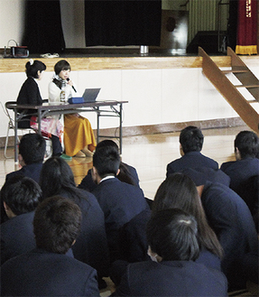 生徒に語りかける鈴木さん=足柄高校