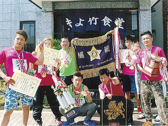 貴広さんの祖父の代から続く「きよ竹食堂」の前で撮影