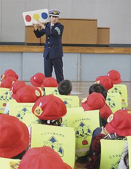 児童に説明する警察官