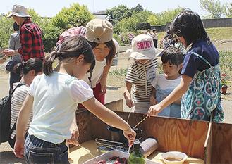 シカの串揚げに挑戦する子どもたち =大井町山田