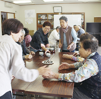 お茶を飲みながら会話を楽しむ参加者