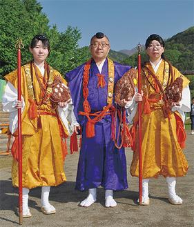 左から憲祥さん、牧田住職、嬡華さん